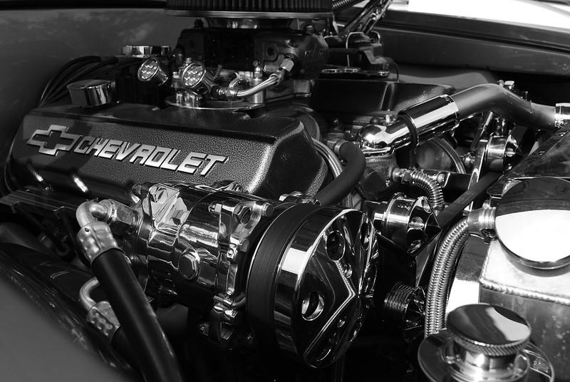 Araba motoruda bir makinedir